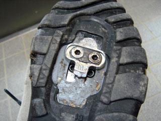 専用の靴の裏には、ビンディングの金具が
