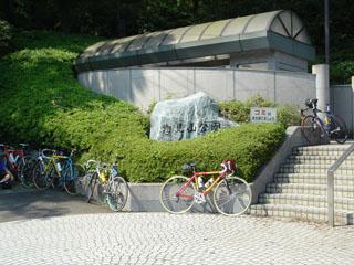 トレーニング中の自転車乗りがいっぱい