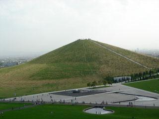 プレイマウンテンからモエレ山を望む