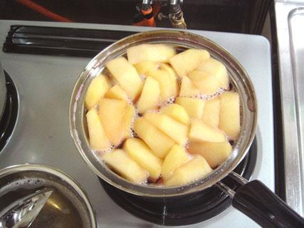時間が空いてリンゴもあるのでワイン煮を作る